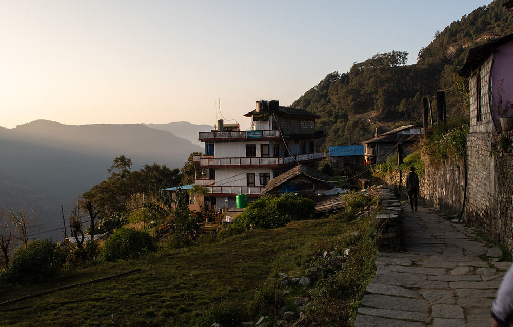 View of a house in Ghandruk surrounded by mountains (by Hungrig auf Meer)
