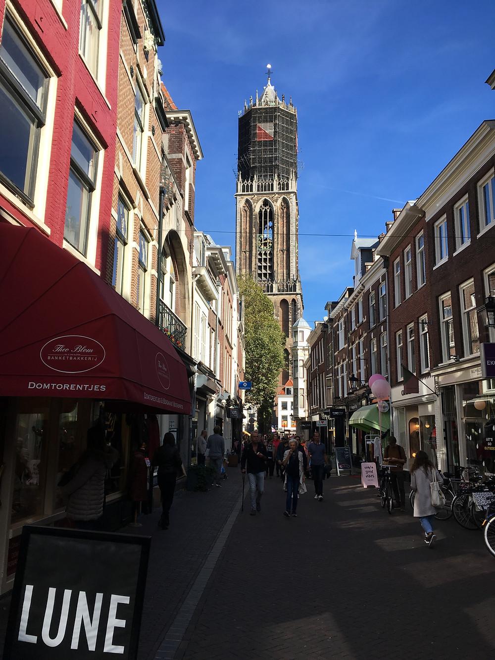 Zadelstraat mit Blick auf den Utrechter Dom (by Hungrigaufmeer)