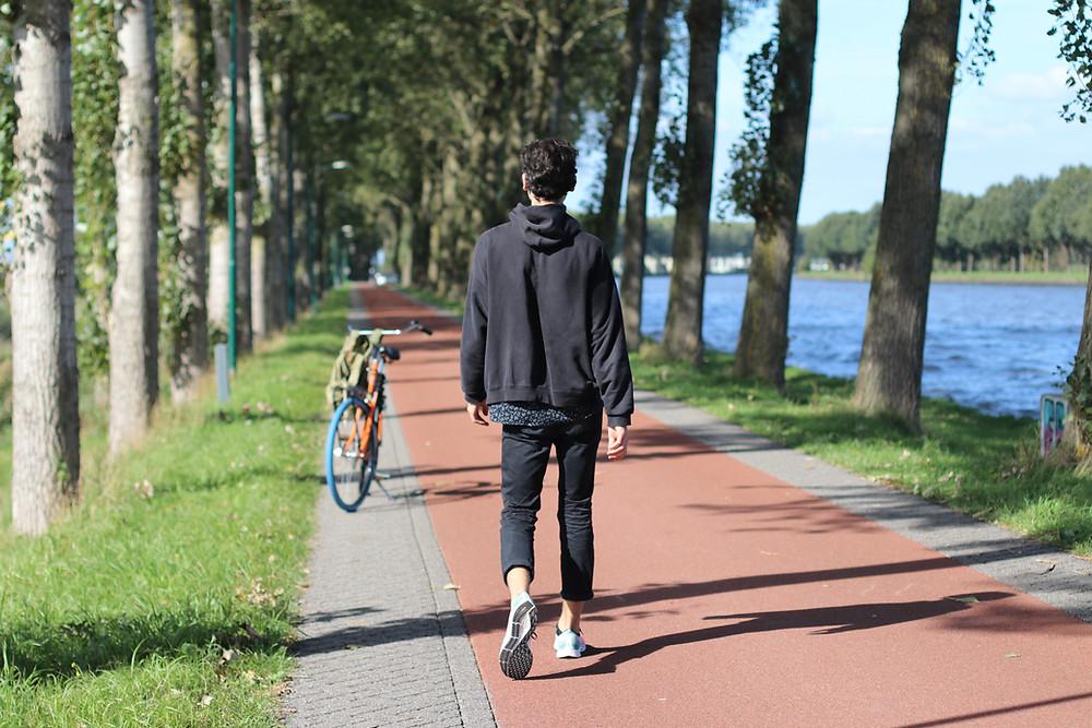 Mann mit seinem Fahrrad bei der Baumallee an dem Amsterdam-Rijnkanaal (by Hungrigaufmeer)