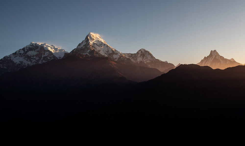 Sunrise from the Poon Hill with view on  Baraha Sikhar (7647m), Annapurna South (7219m), Hiunchuli (6441m) und Machhapuchhre (6993m) (by Hungrigaufmeer)