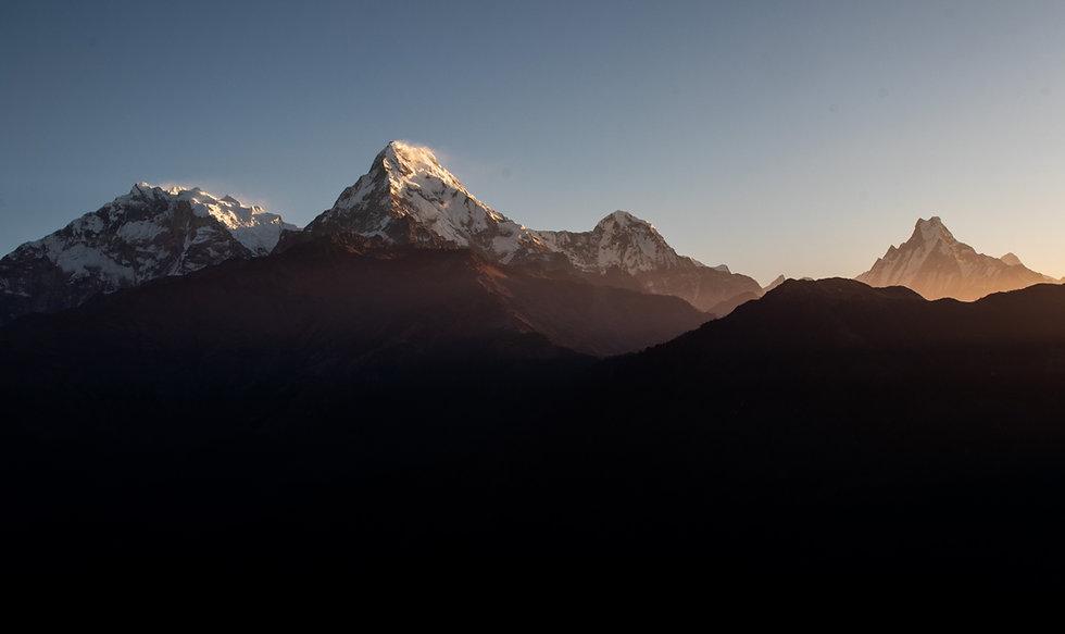 Morgendlicher Ausblick vom Poon Hill auf (v. l. nach r.)Baraha Sikhar (7647m), Annapurna South (7219m), Hiunchuli (6441m) und Machhapuchhre (6993m).