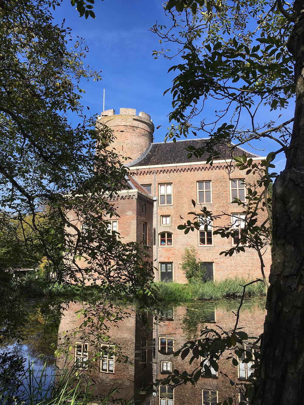 Schloss Loenersloot spiegelt sich im Wasser im Sommer (by HungrigaufMeer)