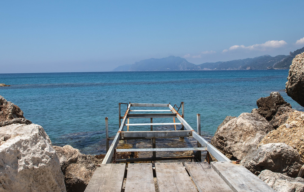 Abandoned dock on Pentati beach, Corfu (by Hungrig auf Meer)