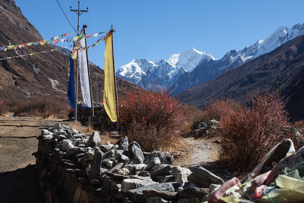 Praying flags near Mundu with view on the mountain Kyanji Ri (by hungrigaufmeer)