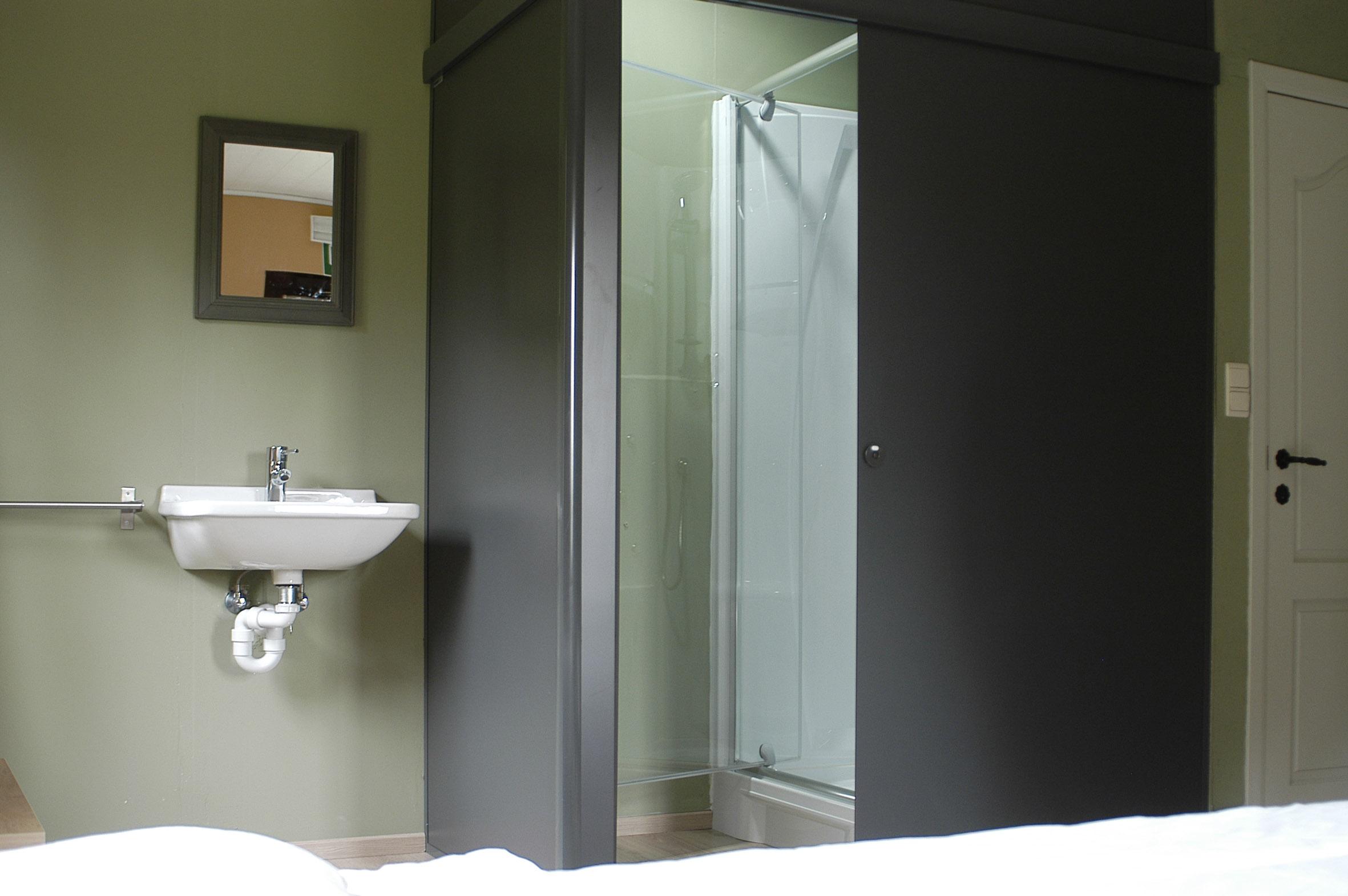 Slaapkamer met douche