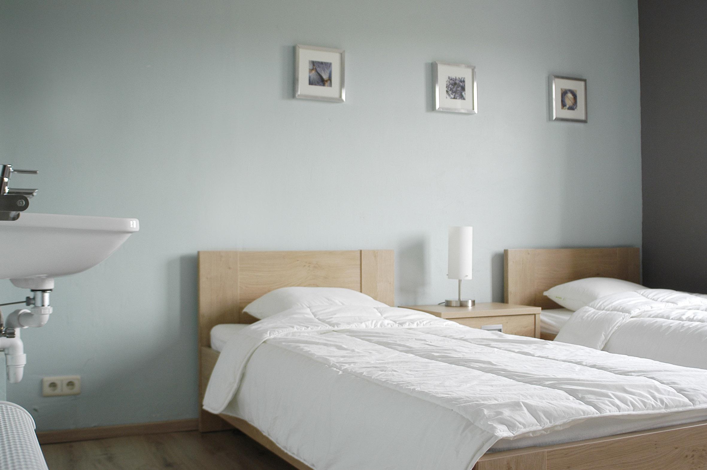 Slaapkamer met douche en lavabo