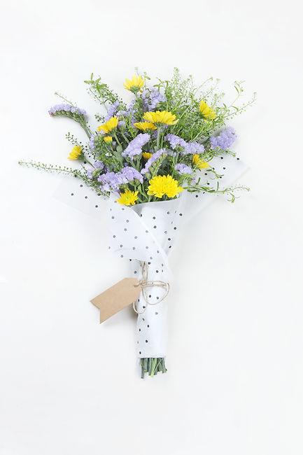 Amarelo e buquê de flores roxo