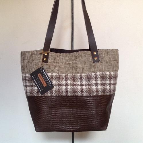 """Sac à main """"Boudoir"""" en cuir marron, tissus de laine écossais et tissage."""