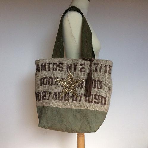 Sac cabas en toile de jute d'un sac à café et en toile militaire vintage.
