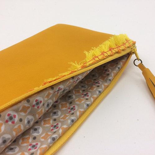 Pochette en cuir couleur jaune maïs.