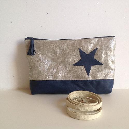 Pochette transformable en sac à main. Cuir bleu et lin lamé argent.