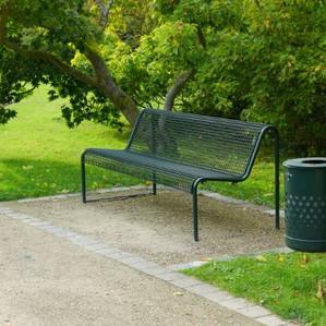 Abfalleimer und Sitzbank