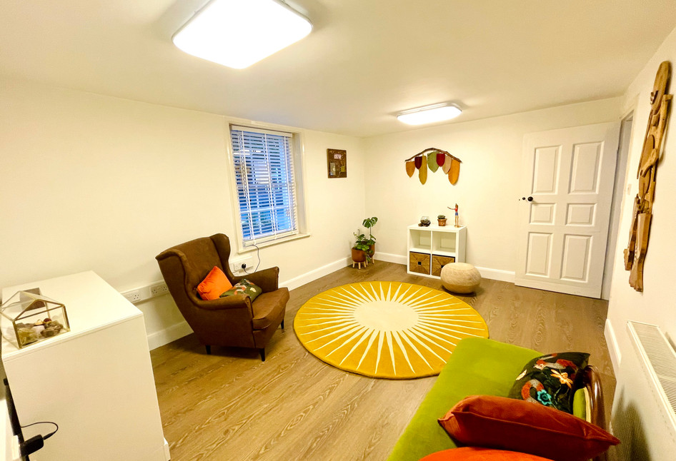 I offer a confidential, safe, comfortable and luminous space.