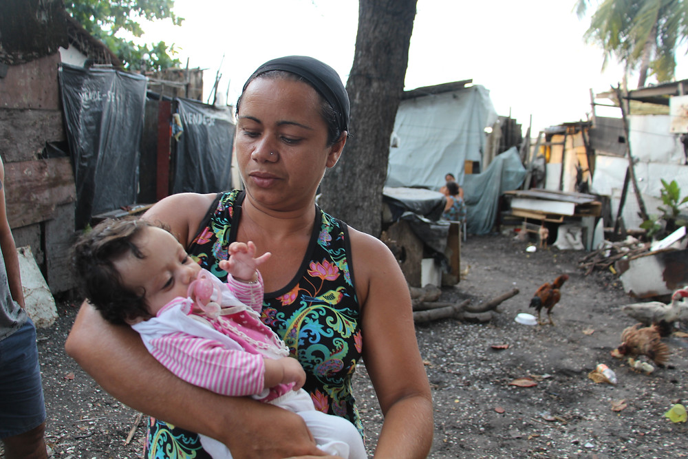 Giselma Alves lamenta que sua netinha recém-nascida tenha que morar em um barraco sem estrutura e segurança