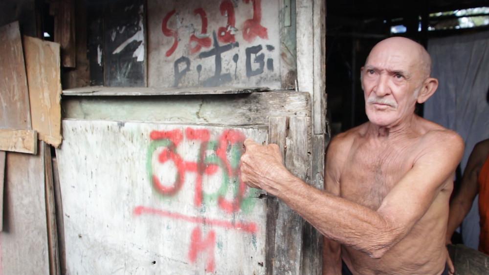Seu Pedro Lopes, 67 anos, mora em um barraco construído às margens da Mundaú