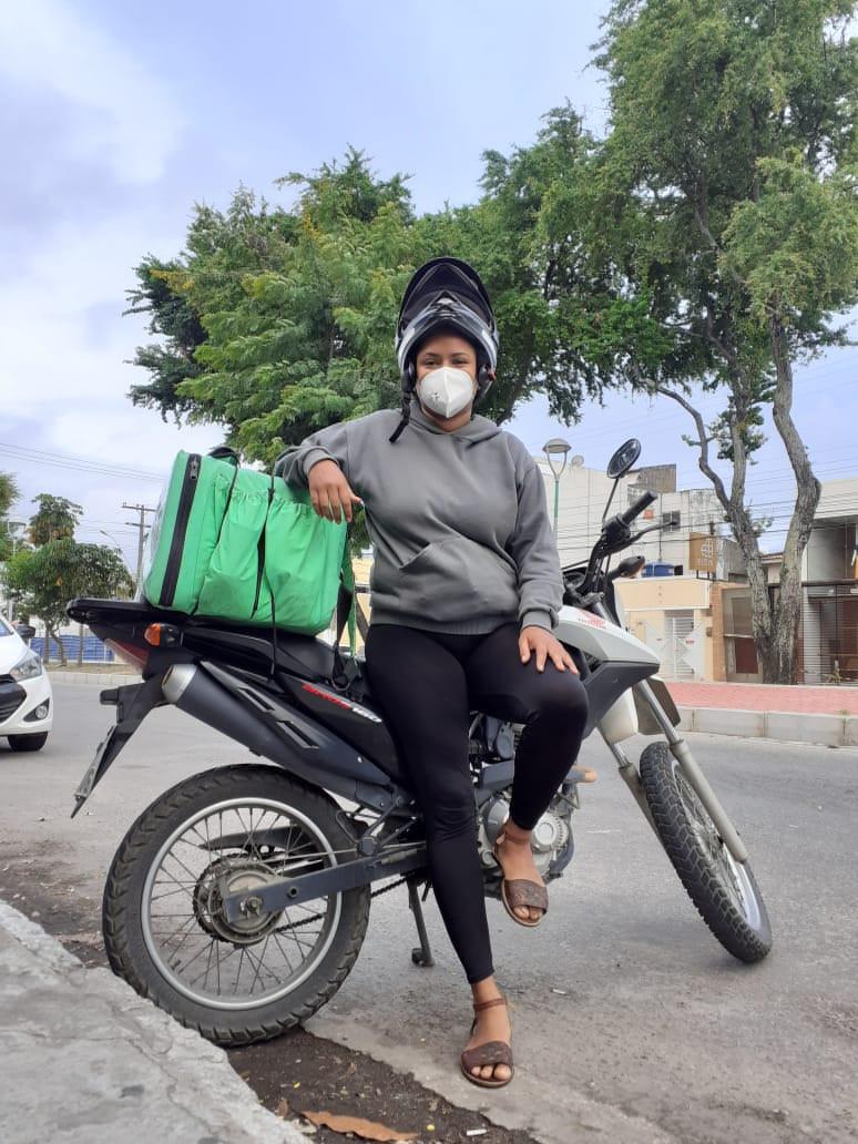 Com o trabalho afetado pela pandemia, jovem atualmente faz entrega por aplicativo