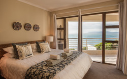 De Kelders, The Lookout at Whale Cove, Main bedroom en-suite, whale watching from your bed! B