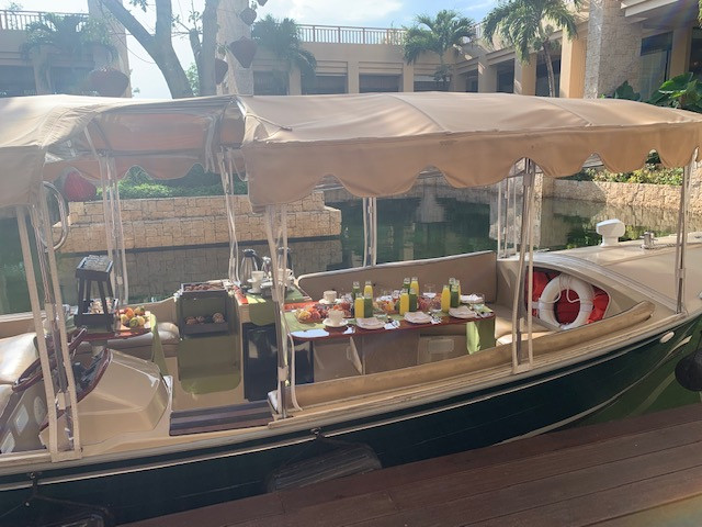This picture is from our breakfast boat ride, which was the perfect way to see some animals, have a great breakfast and relax on the lagoon.