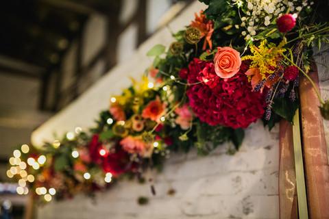 Blumengirlande an der Fotowand