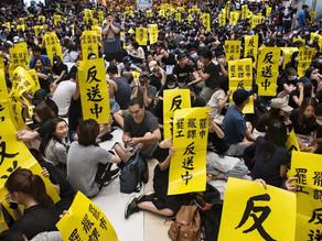 香港社會動盪不安,遊客量急跌,經濟下行,人心惶惶。