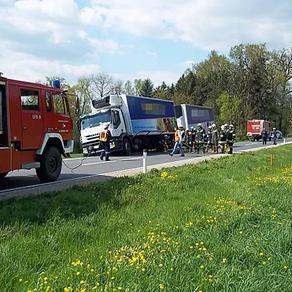 LKW blieb im Straßenbankett stecken