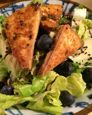 Leafy greens with crispy fried tofu, avocado, blueberries, sunflower seeds, black sesame seeds drizzled with fresh squeezed lemon juice and extra virgin olive oil.