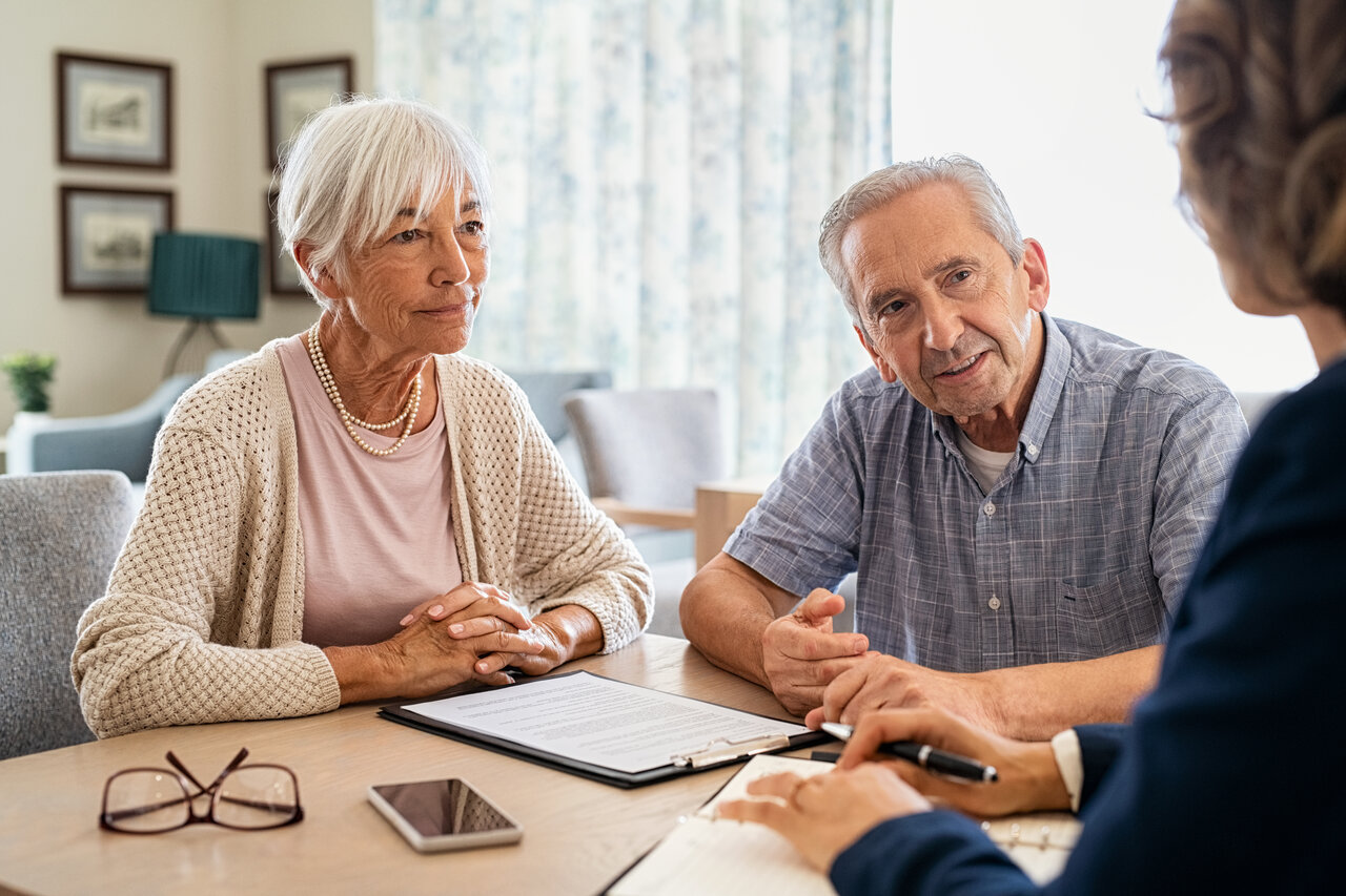 rsz_senior-couple-planning-their-investments-with-fina-uqed8ac_1.jpg