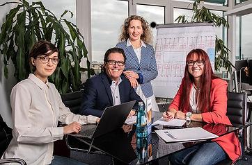 Gruppenbild Team Besprechung.jpg