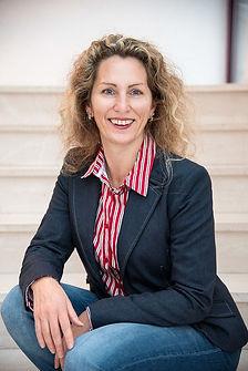 Marina Schäfer Treppe sitzend Portrait.j