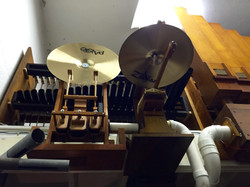 Cymbal roll and ride cymbal.