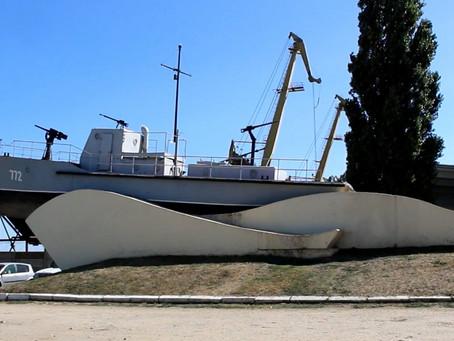 Памятник катер-тральщик морякам Азовской флотилии