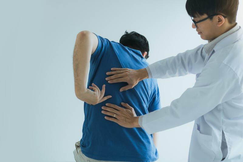patient describing back pain to chiropractor