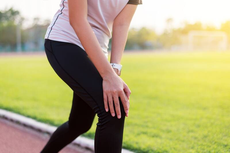 runner suffering from knee pain and back pan