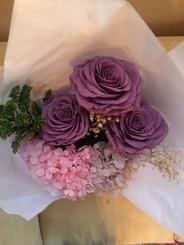 Ramo tres rosas, hortensias y follaje $1