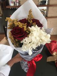 Ramo tres rosas y hortensias $133.000 (2