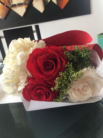 Ramo tres rosas y hortesias $133.000.JPG