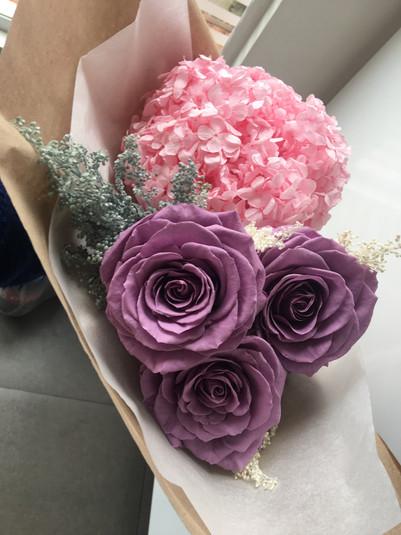 Ramo tres rosas y hortensias $133.000.JP