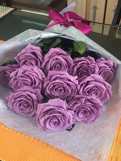 Ramo 12 rosas Premium Unicolor $ 295.000