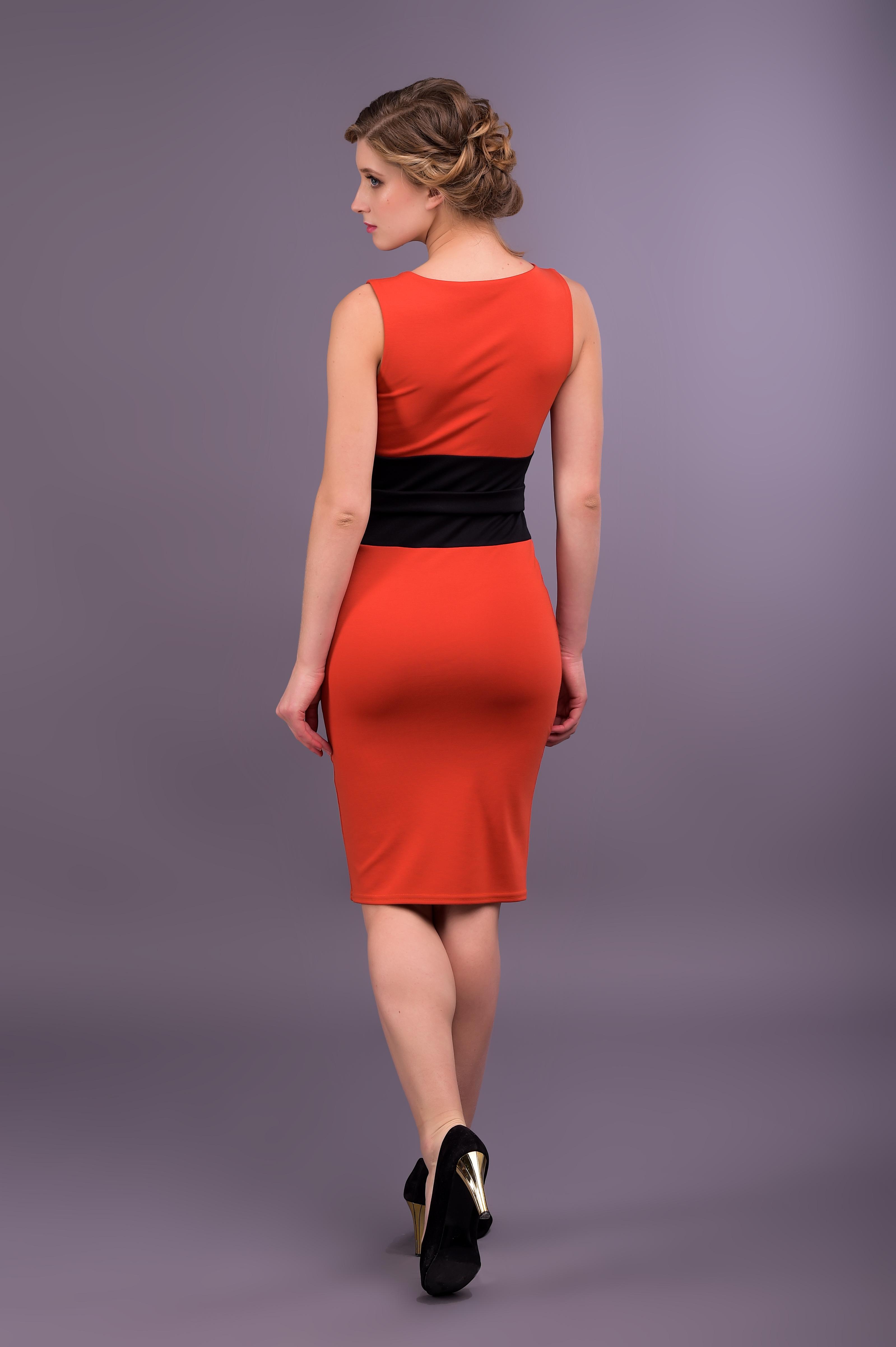Облегающее красное платье