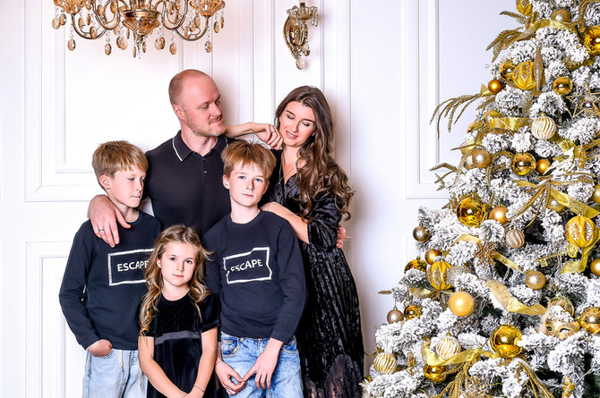Семейная новогодняя фотосессия с детьми в студии.