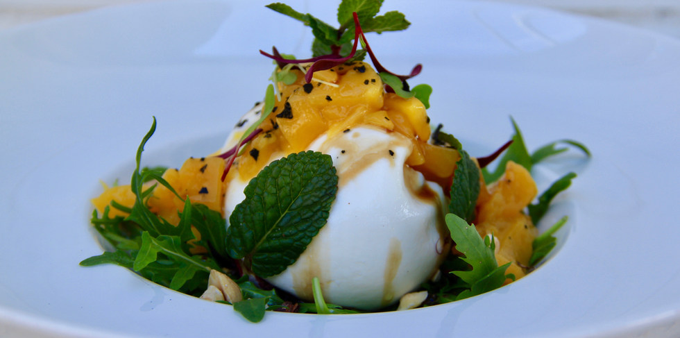 Ensalada de burrata con mango y vinagreta de miel de trufa