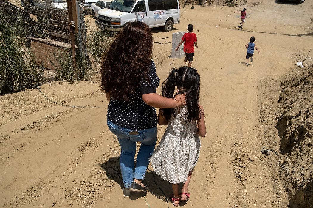 Ana Morales Becerra, solicitante de asilo y madre soltera de cuatro, busca refugio con su familia en