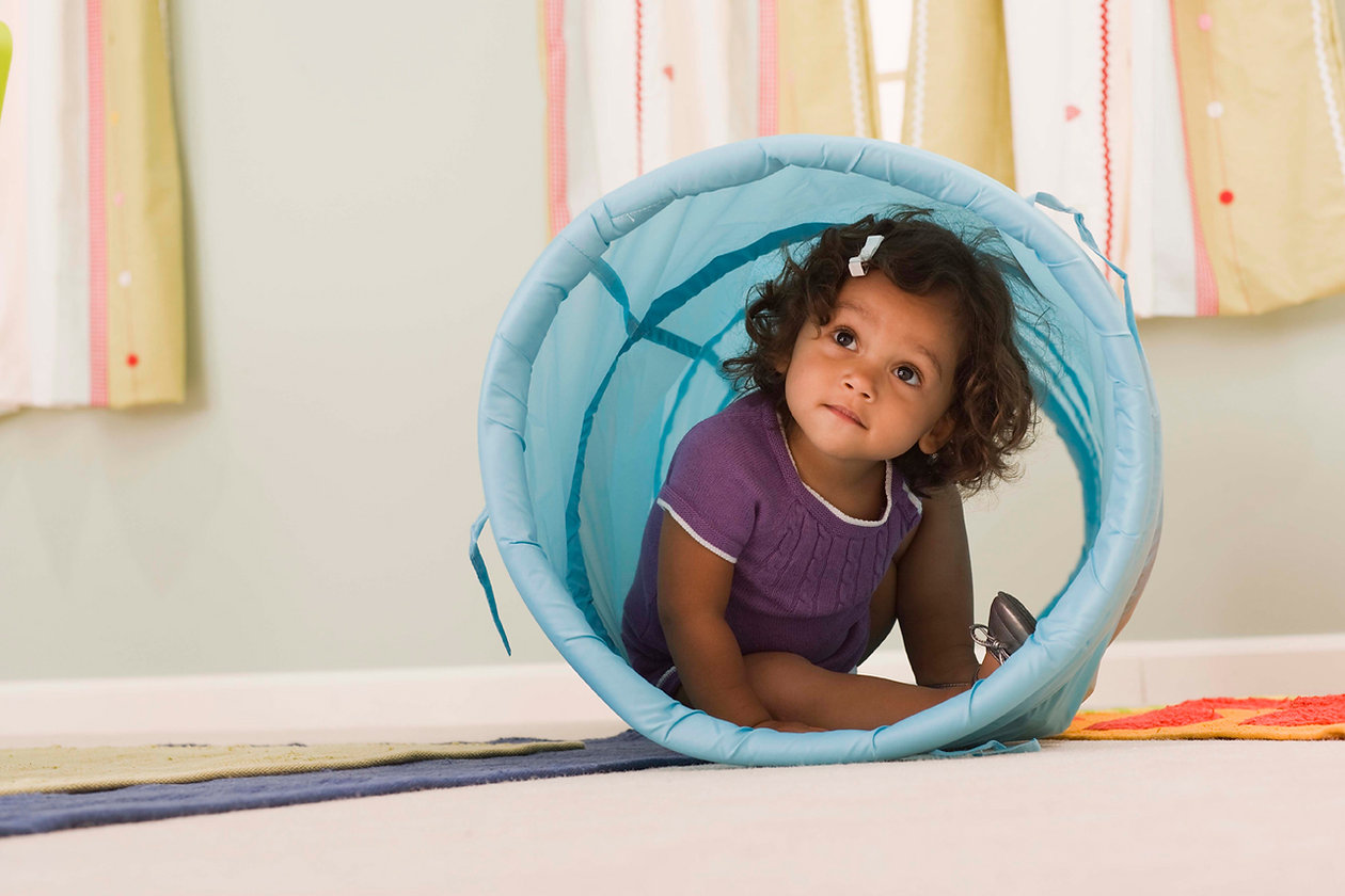 Criança brincando dentro de um tubo