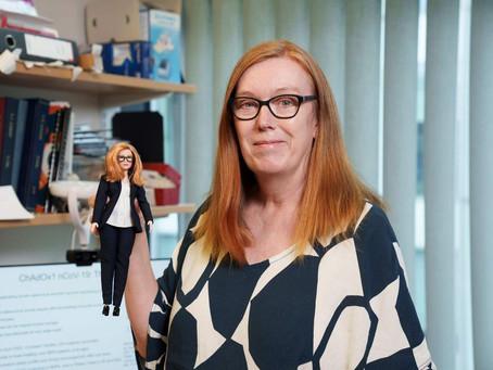 Barbie Produksi Boneka Pencipta Vaksin AstraZenecca, Sarah Gilbert