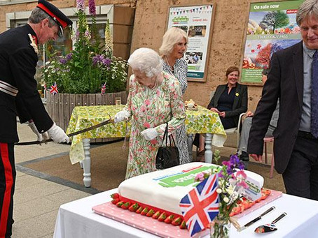 Ratu Elizabeth Bersikeras Potong Kue Dengan Pedang di Upacara KTT G7