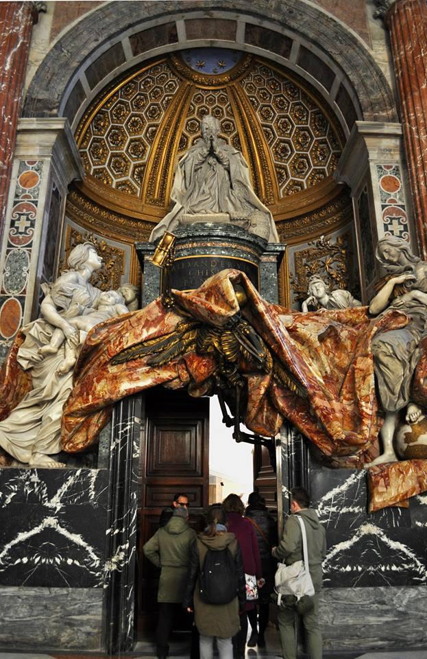 Это мы из базилики Св.Петра через потайную дверь поднимаемся в пространство над куполом, где располагается архив строительства. Фото Michel Chistoserdov