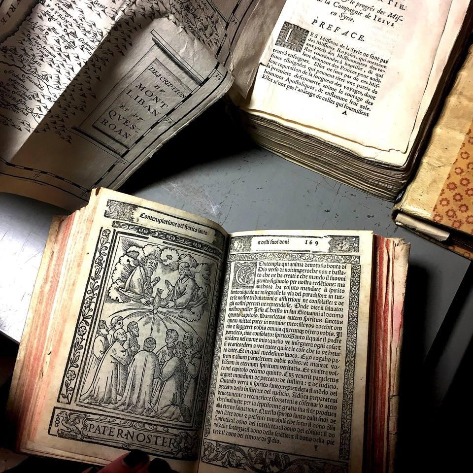 В библиотеке Fratres Scholarum Cristianarum. Ответственный за библиотеку, доктор Anna Cascone демонстрирует нам редкие книги из французского монастыря янсенистов, сохраненные в Риме.