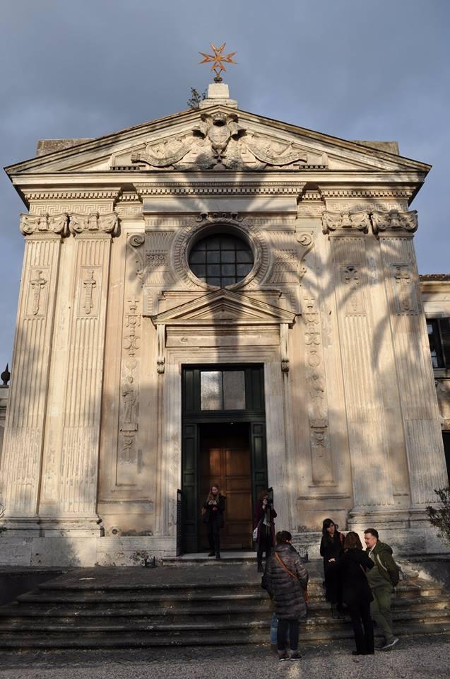 Наша группа перед фасадом церкви на вилле Великого Приората мальтийских рыцарей в Риме, изобилующий всевозможными читабельными символами, и являющимся одним из немногих реализованных проектор Пиранези, который похоронен в этой церкви. Фото Michel Chistoserdov