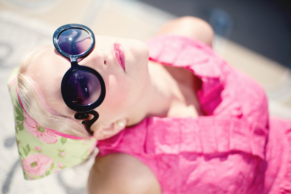 Junge Frau mit schwarzer, extravaganter Sonnenbrille