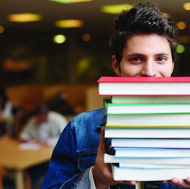 Aluno com sucesso escolar. Estudo e explicações.